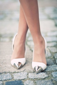 white-metallic-pointed-shoes
